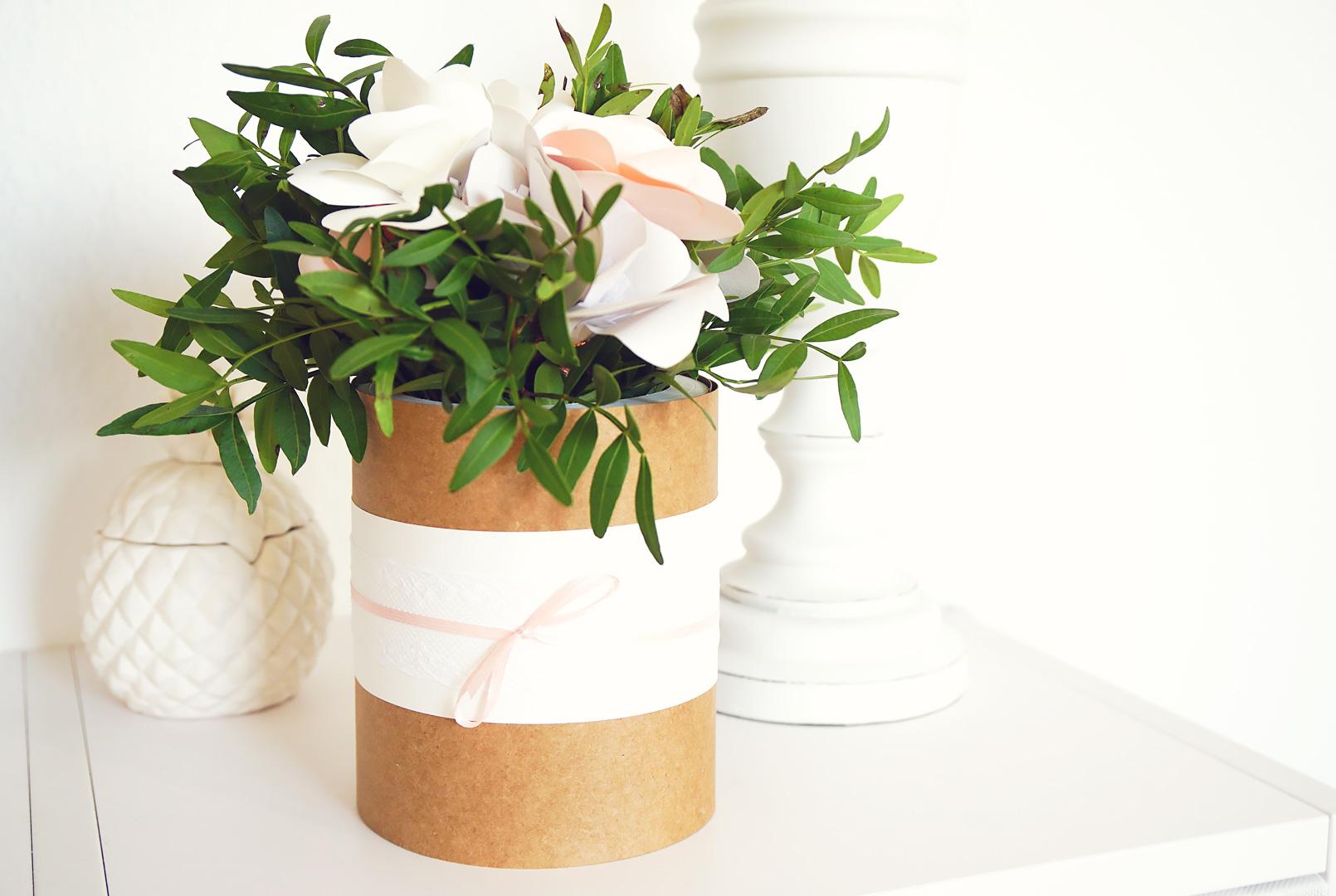 diy hochzeitsgeschenk aus papierblumen
